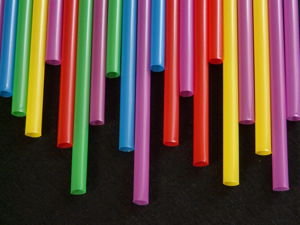 ส่วนประกอบของพลาสติก วัตถุดิบธรรมชาติที่ใช้ในการผลิตพลาสติกมีอะไรบ้างนะ ? พลาสติก เป็นวัสดุที่มนุษย์ประดิษฐ์ขึ้น